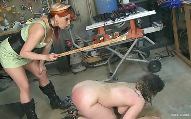 Pangs session between a brunette and a blonde best friends