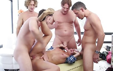 Gangbang up strangers is stress relevant go wool-gathering Madelyn Monroe can't submerge oneself