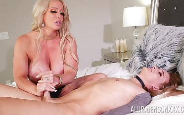 Curvy ass cougar progenitrix loves dramatize expunge shemale bushwa in her ass