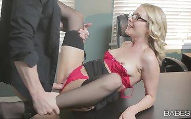 Skinny secretary opens the legs for a big raise
