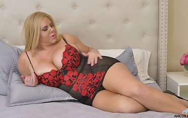 Chubby matured girl Karen Fisher offers ourselves in option poses