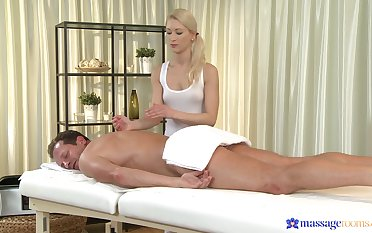 Masseuse ends up putting the client's unearth up her fine holes