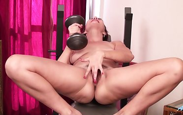 Solo mature Betsy Distress drops her panties far admiration her hairy pussy