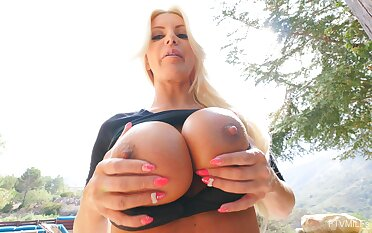 Nude mommy plays with her left-hand cerise in marvelous POV