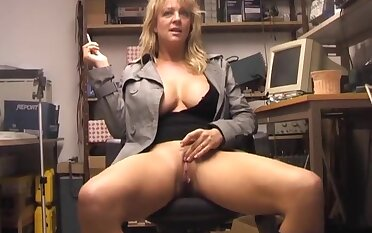 Amateur blondie Starr enjoys pinpointing her pink taco above the bed