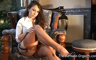 Jewell Marceau Strips And Vibes Her Clit To A Pulsing Inch a descend