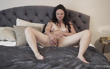 Horny GILF Anette Harper - Texting And Toying