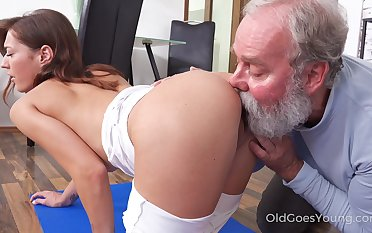 Skinny bitchie nympho with small tits Mina is treated with cuni by gaffer